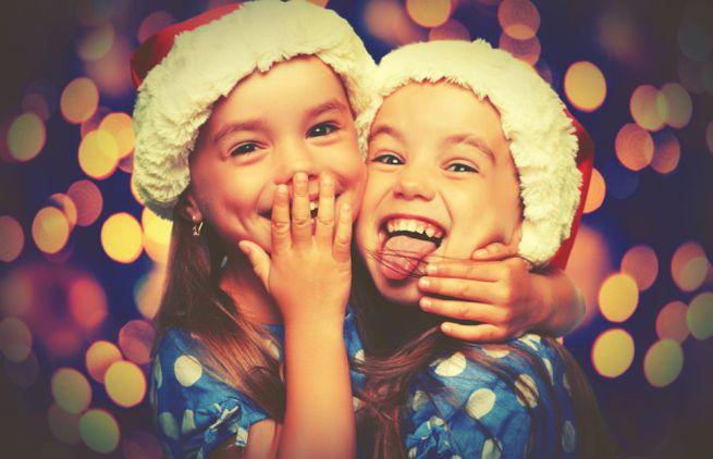 Bambini Che Scartano I Regali Di Natale.A Natale I Giochi Usati Diventano Regali